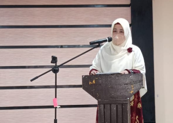 Kepala dinas kesehatan Hj. Rsomini Pandin, Membawakan sambutan pada kegiatan bimtek Pengelola Sarana Pelayanan Kefarmasian, di Aula Hotel Sikumbang, Tomoni, Sabtu (26/6/21).