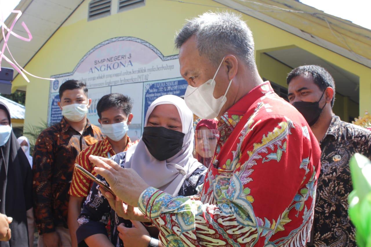 Bupati Luwu Timur Budiman, menerapkan absensi digital untuk para siswa berbasis aplikasi di SMP N 3 Angkona, Luwu Timur, Kamis (24/6/21).