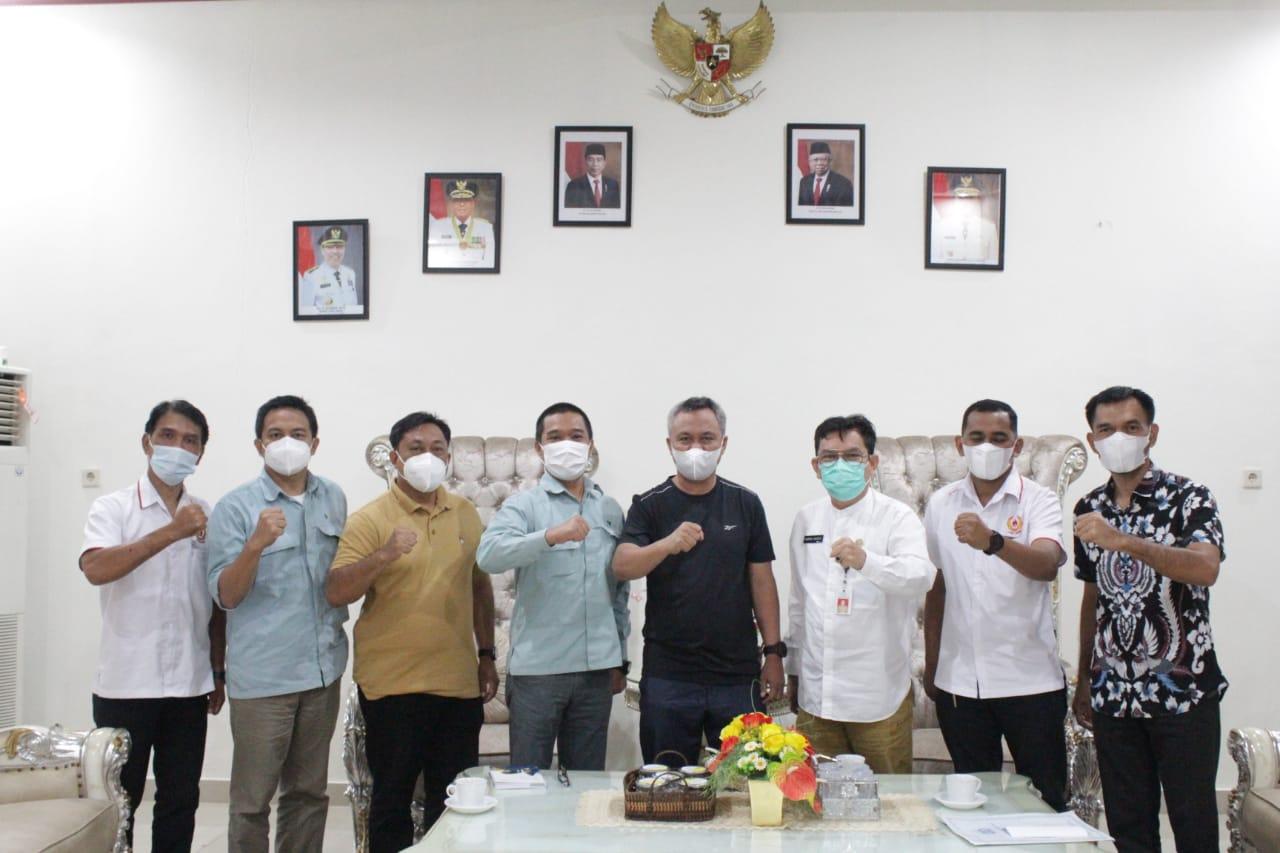 Bupati Budiman foto bersama Sejumlah pengurus KONI Luwu Timur di Rujab bupati Luwu Timur, Malili, Jum'at (2/7/21).