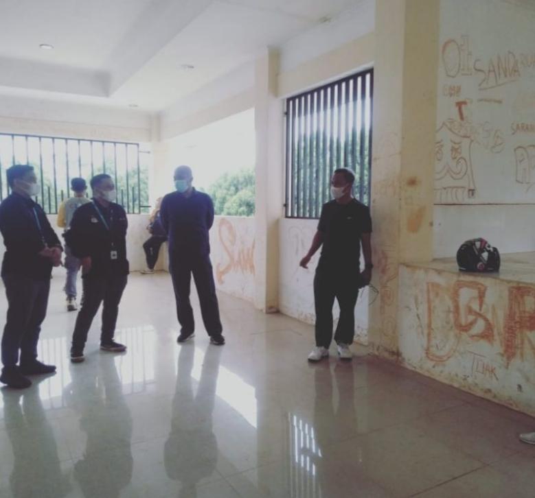 Tampak Bupati Budiman dalam kunjungan ke bangunan Kantin PKK, sejumlah dinding terlihat penuh coretan, Jum'at (2/7/21). Foto. Lutimterkini.com