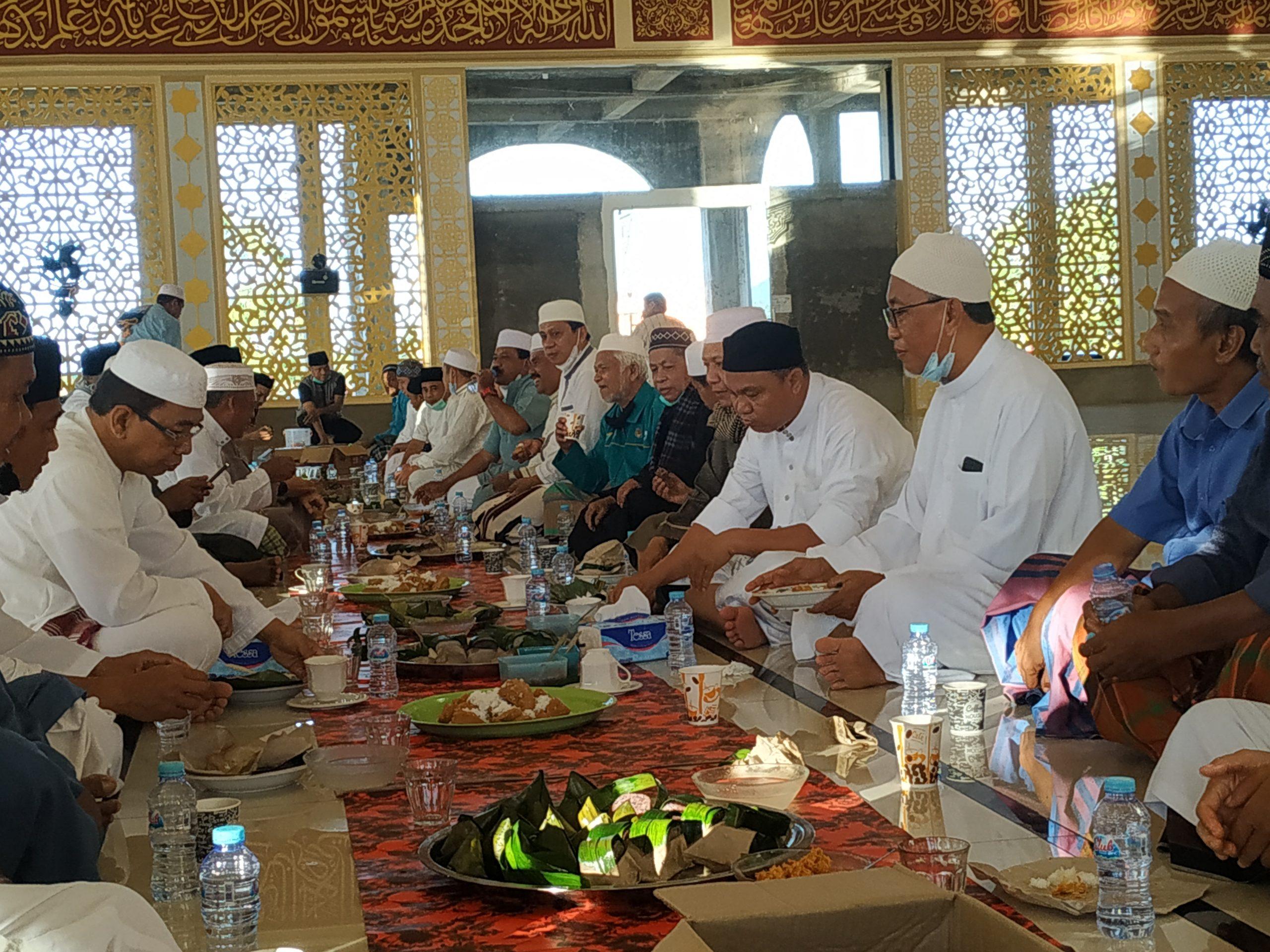 Bupati Budiman bersama jemaah mesjid Babul Khair dalam acara diskusi usai mendengarkan ceramah subuh, Malili (4/7/21).