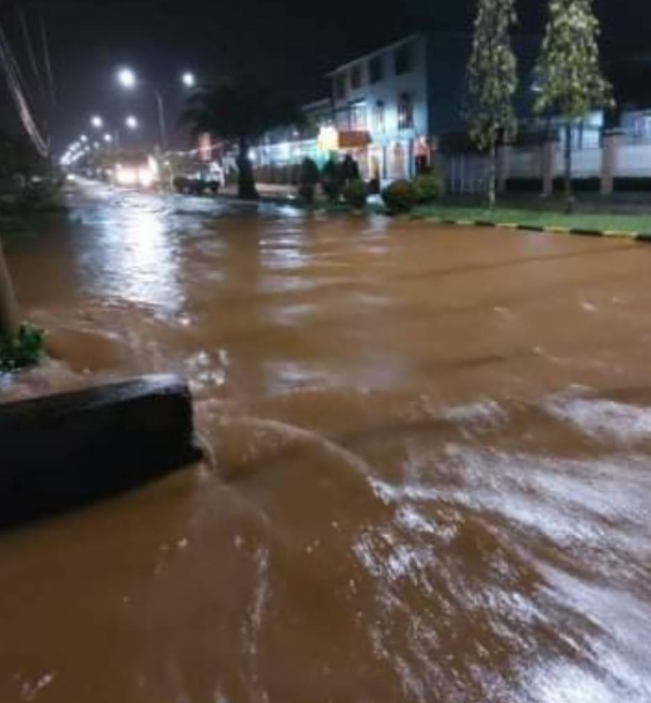 Hujan lebat sebabkan Banjir rendam jalur dua trans Malili.