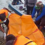 Mayat Korban Tenggelam dievakuasi tim BPBD, untuk dibawa ke keluarganya.