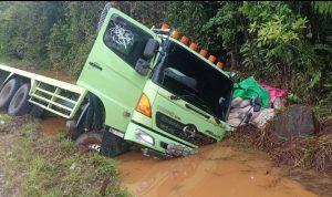 Hilang Kendali, Truck 10 Roda Masuk ke Kubangan air, desa ussu, kecamatan malili, Jum'at, (24/09/21)